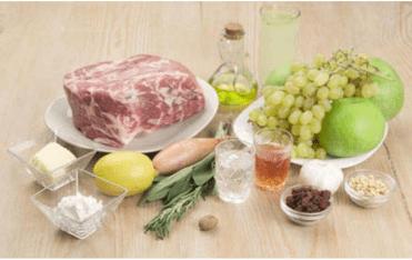 Жаркое из свинины с виноградом и яблоками в коньяке