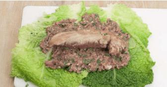 Свиное филе в листьях савойской капусты