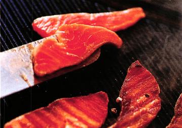 Вкусный суп из лосося с огурцом