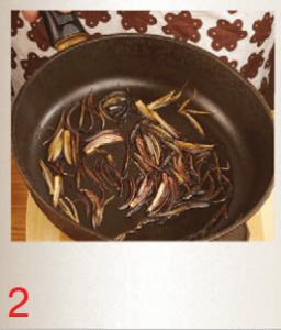 Макароны с луком-шалот и кальмарами в собственном соку